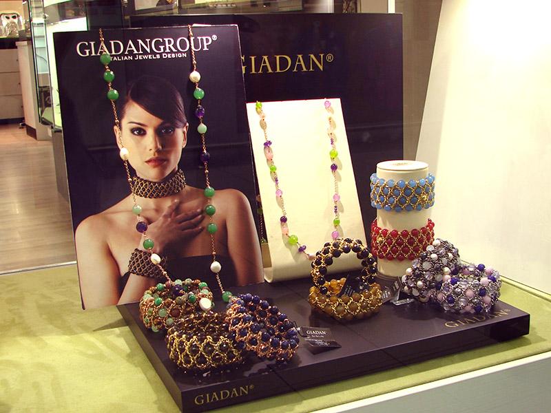 Anelli, orecchini, rosari, gioielli con perle, bracciali, ciondoli, collane.